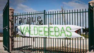 Pancarta colocada por los vecinos al no estar de acuerdo en llamarlo parque Felipe VI al Parque forestal de Valdebebas.