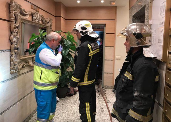 Los servicios de emergencias en la vivienda donde han fallecidos dos menores a causa de un incendio