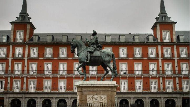 Estatua de Felipe III con la Casa de la Carnicería de la Plaza Mayor detrás.