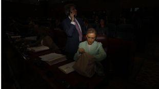 La oposición duda de una Cifuentes 'muda' y sondea la moción de censura