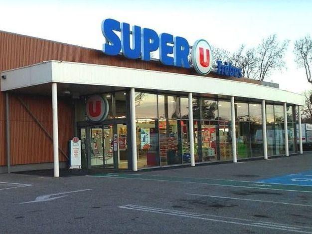Vista exterior del supermercado donde se ha producido el secuestro