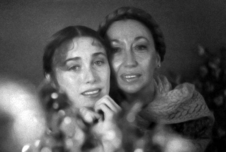 Carmen Vázquez Vigo con su hija Verónica Forqué en  El zoo de cristal (1978)