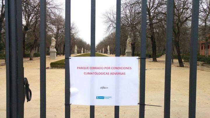 Cartel de indicación del cierre del parque de El Retiro