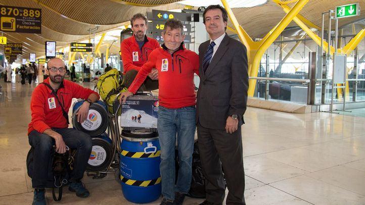 Carlos Soria y su equipo de expedición antes de iniciar su viaje a Nepal.