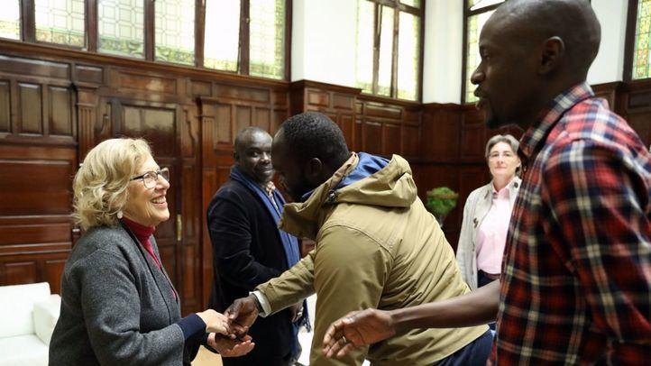 La alcaldesa Manuela Carmena se ha reunido con el cónsul de Senegal, Mouctar Belal BA, y un grupo de representantes de las asociaciones de inmigrantes senegaleses en Madrid.