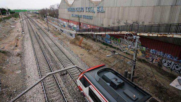 Vias del tren de cercanias de la linea c3 a su paso por el poligono industrial los Angeles en Getafe