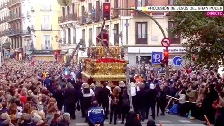 La procesión ha podido continuar tras el arreglo de un costalero.