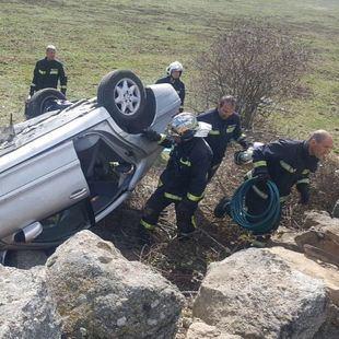 Herido y atrapado en su coche tras volcar en Colmenarejo