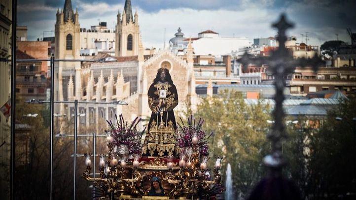 La lluvia apremia un intenso Viernes Santo en Madrid