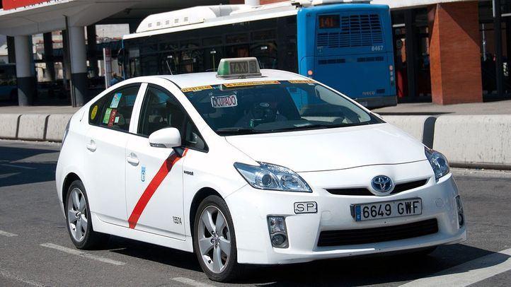 Un taxi sale ocupado de la parada de la Estación de Atocha