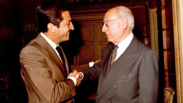 Adolfo Suárez recibe al alcalde de Madrid, Enrique Tierno Galván, en el Palacio de la Moncloa en 1980.