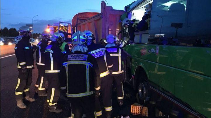 Un choque entre un bus y dos camiones se salda con 17 atendidos en Pinto