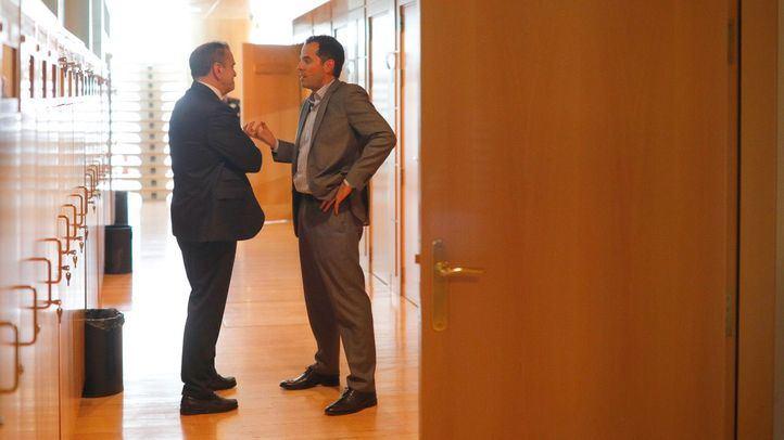 El secretario general de Psoe-M, José Manuel Franco, charla en los pasillos de la Asamblea de Madrid con el portavoz de Ciudadanos, Ignacio Aguado.