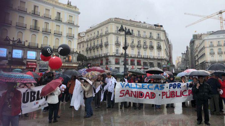Una cadena humana formada con sábanas rodea la Puerta del Sol