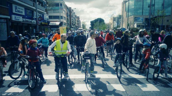 Cientos de familias pedalean por un carril bici en Arturo Soria