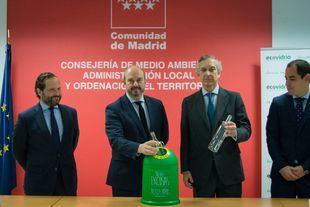 El consejero de Medio Ambiente, Pedro Rollán, y el director general de Ecovidrio, José Manuel Núñez-Lagos, han presentado los datos de reciclaje de vidrio de la Comunidad de Madrid.