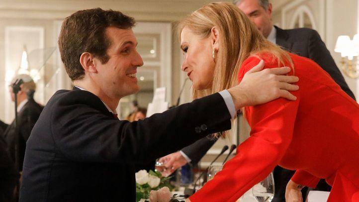 Cristina Cifuentes saluda a Pablo Casado.