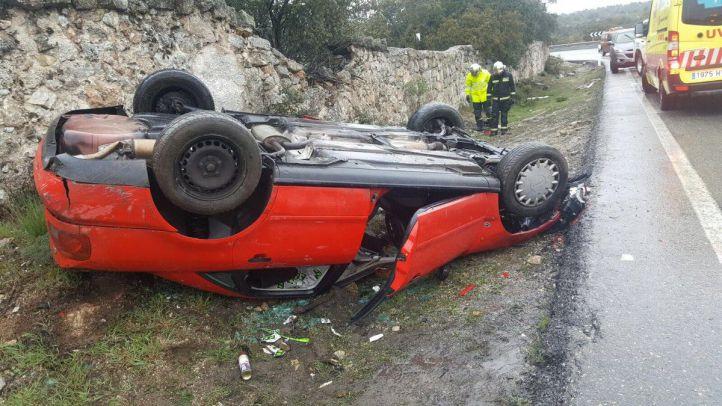 Tres heridos al volcar su coche en Hoyo