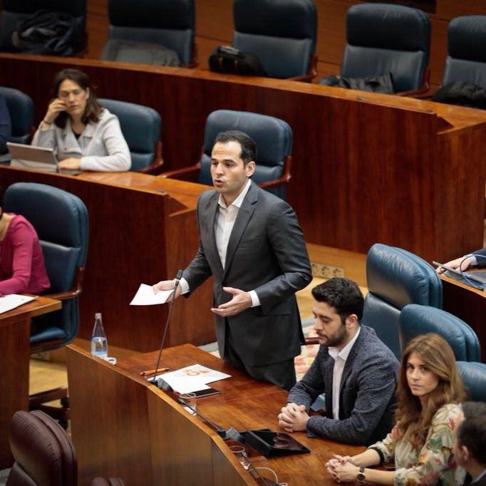 Cifuentes se defiende en el Pleno: