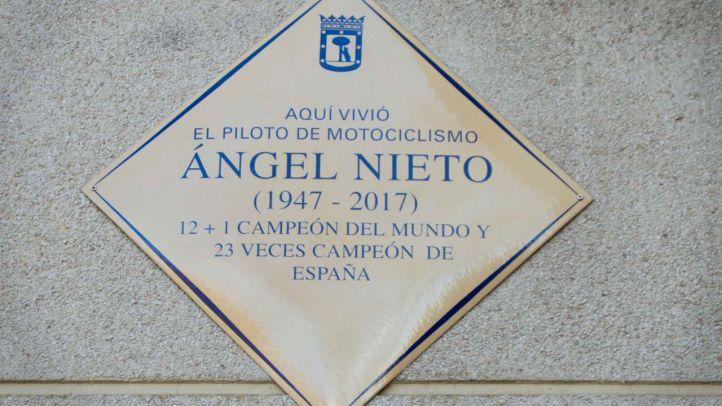 El piloto Ángel Nieto ya tiene una placa en su casa de Vallecas