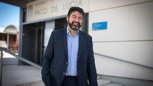El concejal en el exterior de la Junta Municipal de Latina.