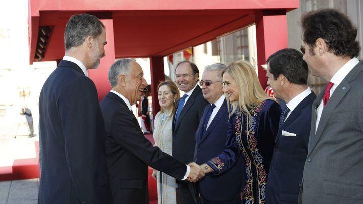 Cifuentes saluda a Rebelo de Sousa, presidente de Portugal.