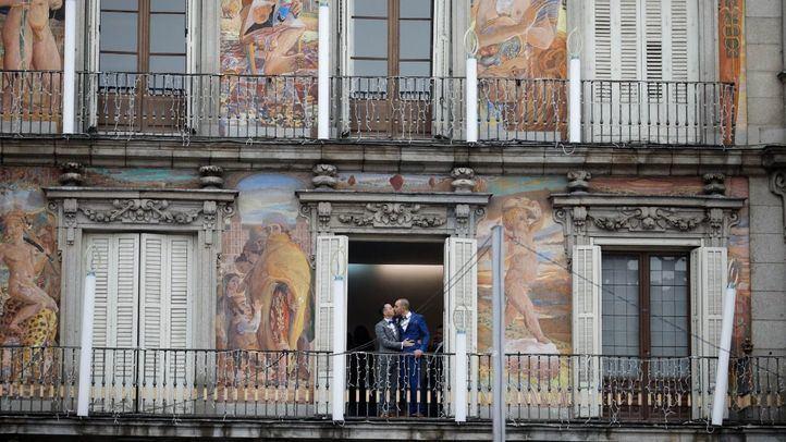 Unos novios se besan en su boda en la Casa de la Panadería en la Plaza Mayor.