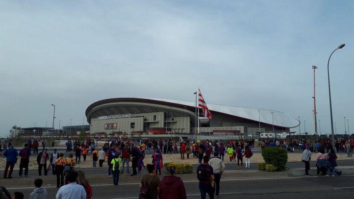 Ambiente festivo y tranquilidad en las 'Fan Zone' del Sevilla y el Barça