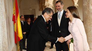 Sergio Ramírez saluda a los reyes a su llegada al Paraninfo