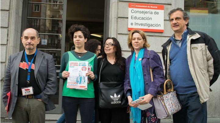 La Plataforma Regional por la Escuela Pública de Madrid convoca una rueda de prensa frente a las instancias de la Consejería de Educación.