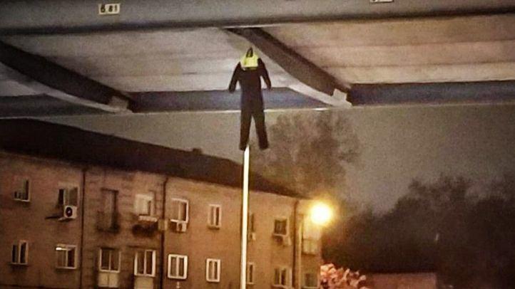 Muñeco colgado de un puente por una asociación de la Policía Municipal.
