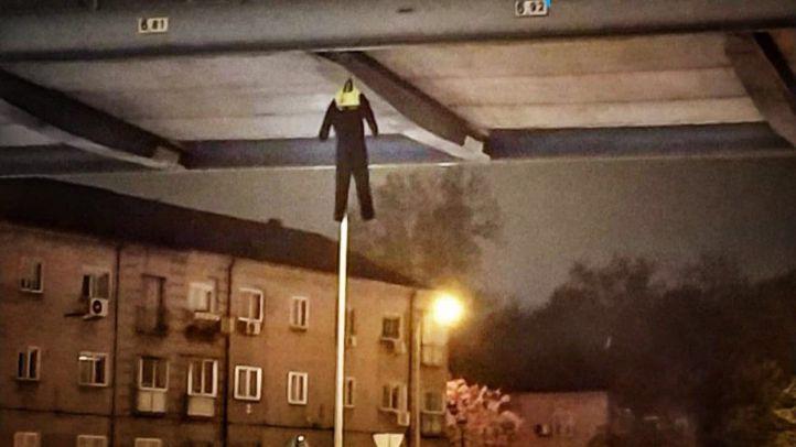 'Policías' colgados de un puente: nueva protesta del cuerpo