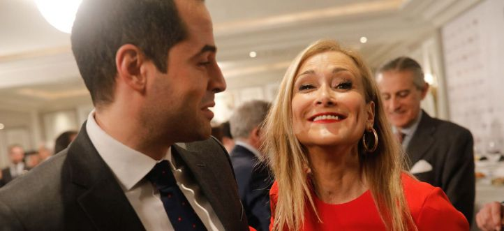 Saludo entre Ignacio Aguado, portavoz de Ciudadanos en la Asamblea de Madrid, y Cristina Cifuentes, presidenta de la Comunidad de Madrid.