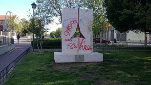 Pintadas nazis en el monumento a las brigadas internacionales de Vicálvaro.