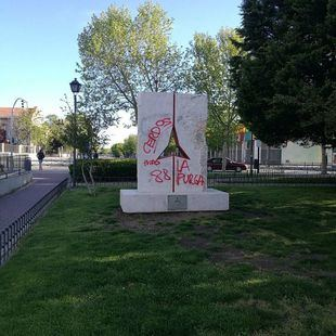 Pintadas nazis en el monumento a las Brigadas
