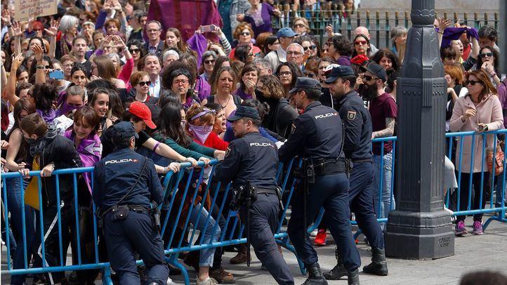 Protesta del colectivo feminista en la celebración del Dos de Mayo en la plaza de Sol.