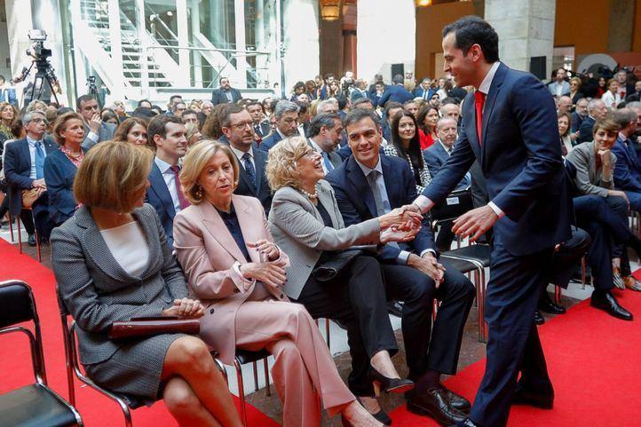 El portavoz de Ciudadanos en la Asamblea de Madrid, Ignacio Aguado, saluda a la alcaldesa de Madrid, Manuela Carmena, bajo la atenta mirada del secretario general del PSOE, Pedro Sánchez.