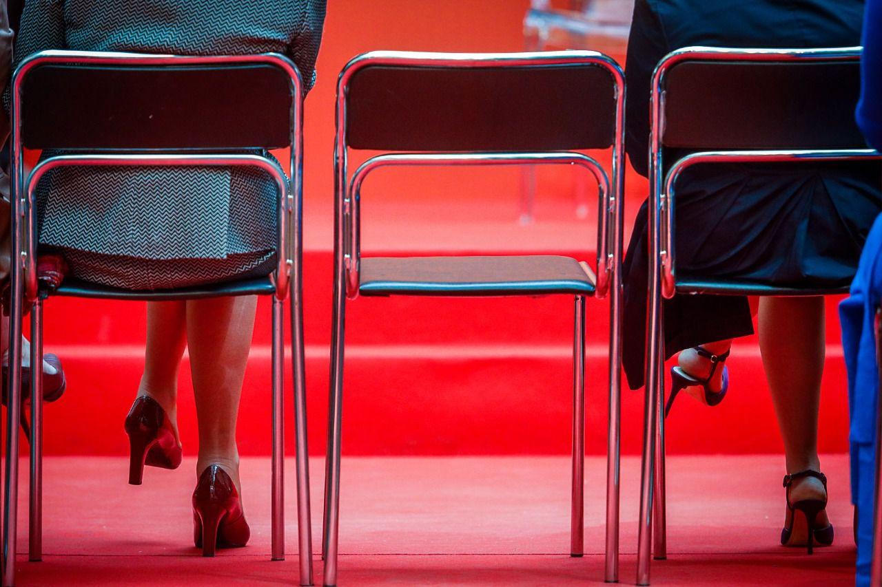 Cospedal soraya sus gafas y la silla vac a entre las dos baile de candidatos en sol madridiario - La silla vacia ...
