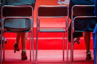 Cospedal, Soraya, sus gafas y la silla vacía entre las dos