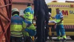 Los servicios de emergencias atienden al niño herido que finalmente ha fallecido.
