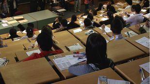 Estudiantes esperan comienzo examen Selectividad