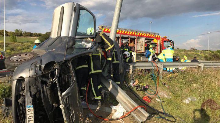 Tres heridos tras volcar e impactar contra una columna