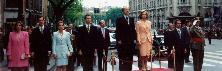 Los entonces Reyes, el Príncipe Felipe y las infantas, el día de la investidura de Aznar como presidente del Gobierno en 1996.