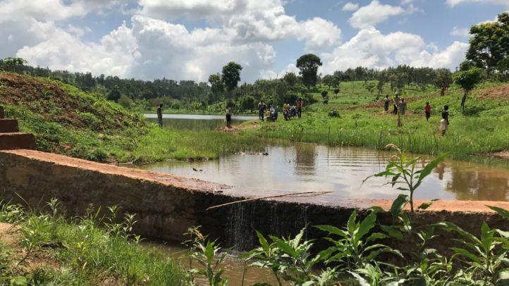 Aliviadero en la balsa Mugira en Kenia