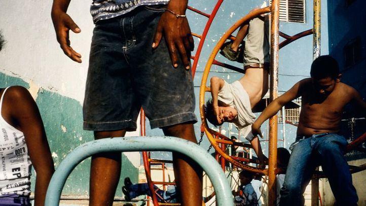 Ninos jugando en un patio de recreo en Cuba