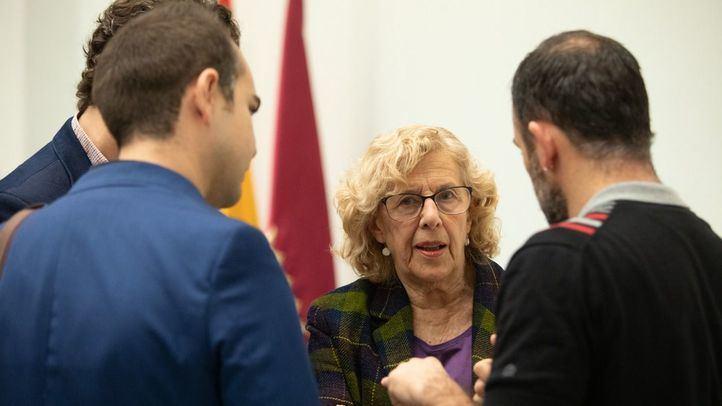 El concejal Nacho Murgui comunica a la alcaldesa, Manuela Carmena, una proposición institucional.