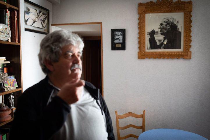 Marcel Camacho, hijo de Marcelino Camacho, bajo una fotografía de su padre en el salón de la casa del sindicalista.