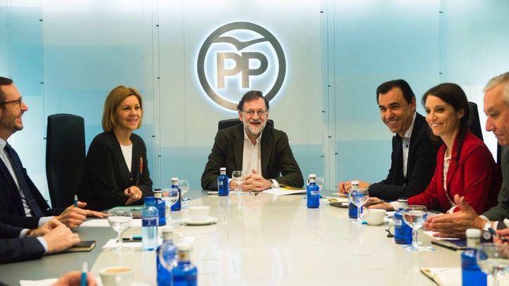Mariano Rajoy, Maria Dolores de Cospedal y Fernando Martínez Maillo, junto a otros dirigentes populares en una reunión.