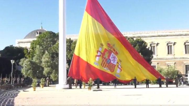 Izado de la bandera en la plaza de Colón