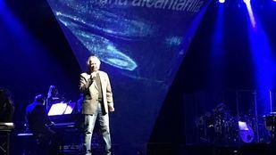 Serrat lleva el azul del Mediterráneo a la ciudad de la luz